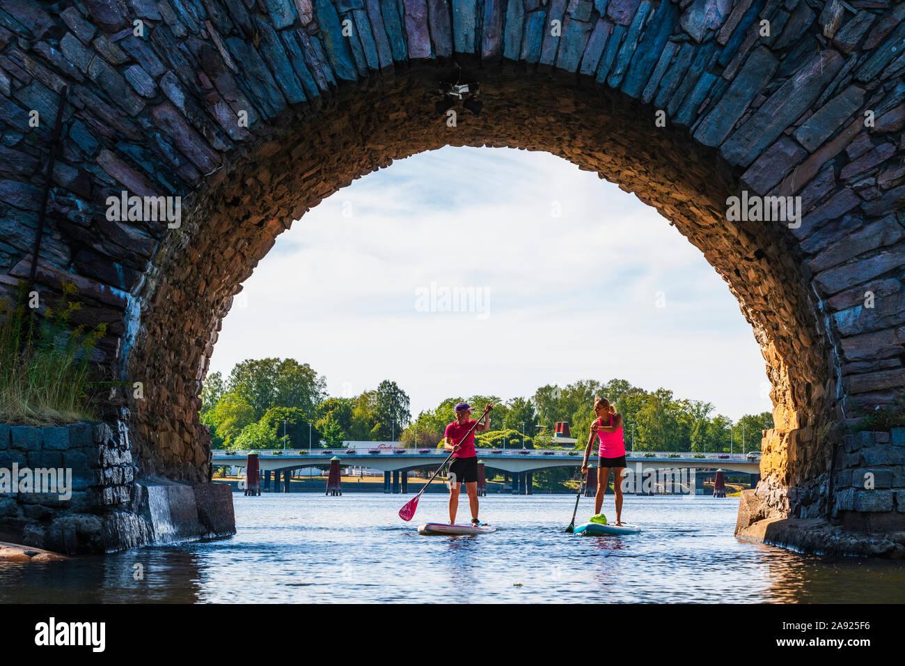 Las mujeres paddle boarding Foto de stock