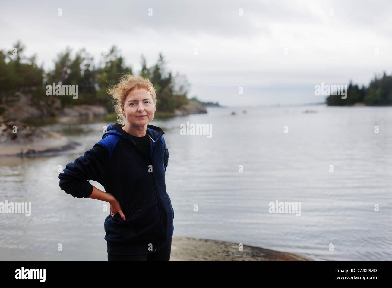 Mujer por el océano Foto de stock