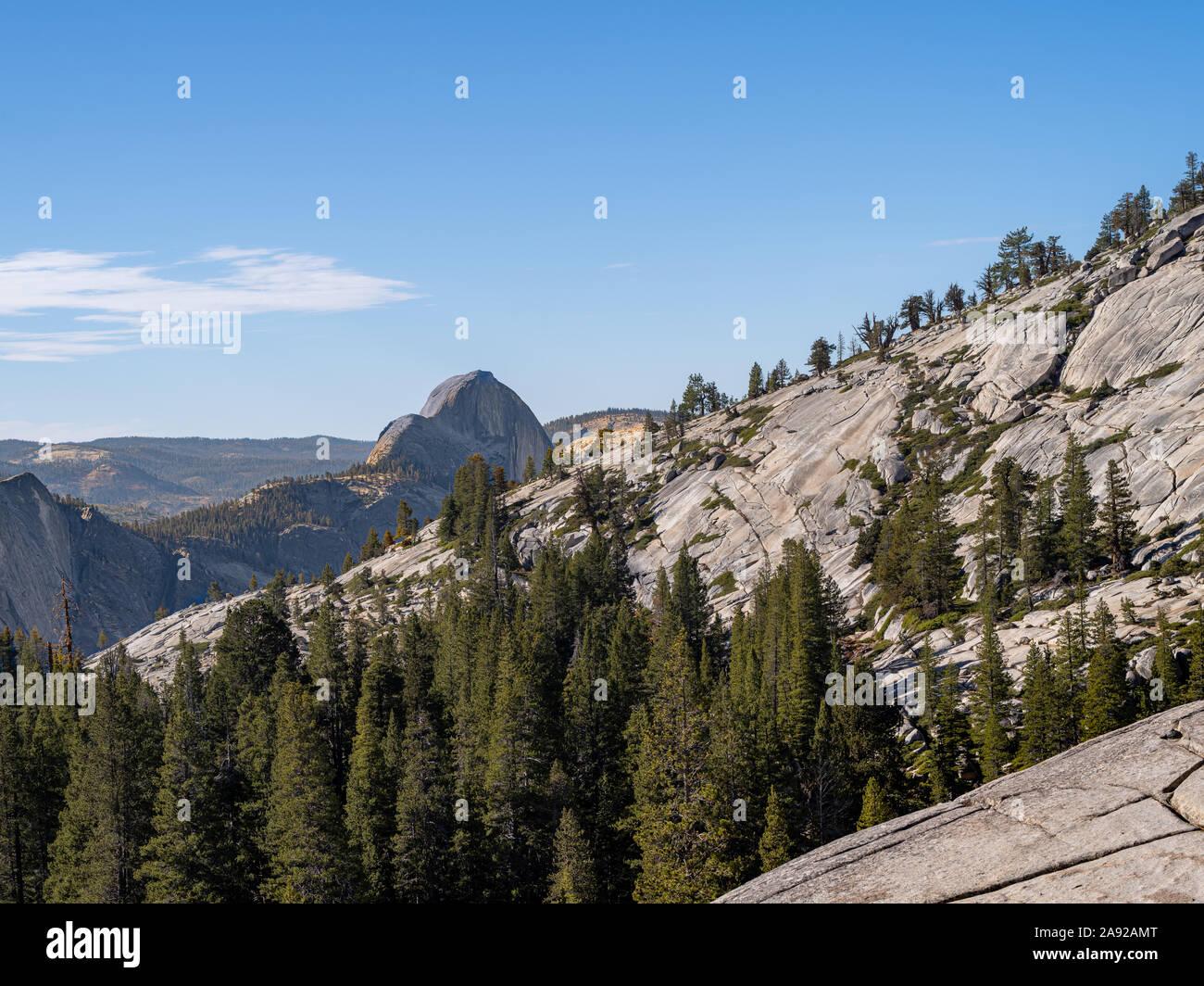 Half Dome, el pico de la montaña como se ve desde el punto de Olmsted Nationall en Yosemite Park. Foto de stock