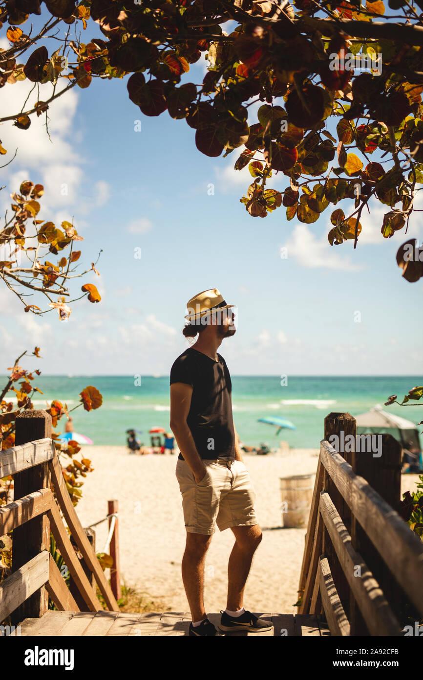 Hombre en la playa Foto de stock