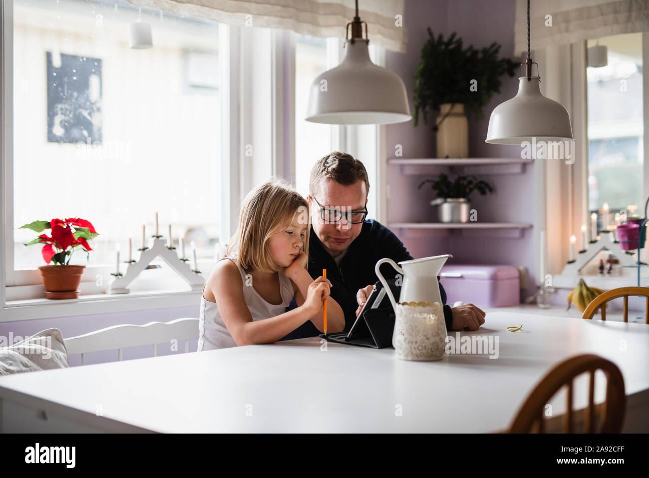 Padre con hija utilizando tablet digital Foto de stock