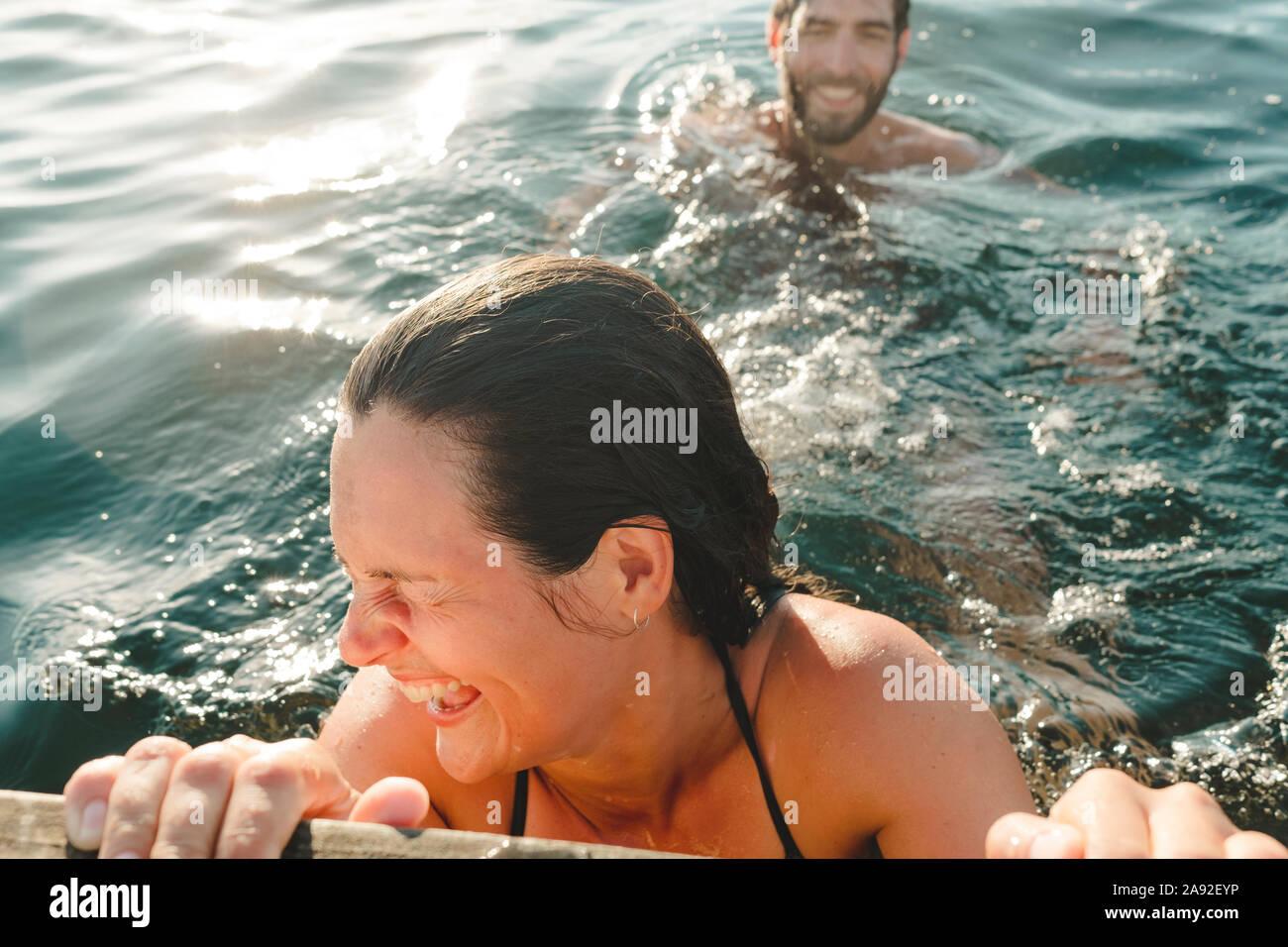 Mujer feliz en el mar Foto de stock