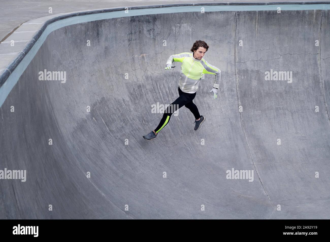 Hombre en ropa deportiva corriendo Foto de stock