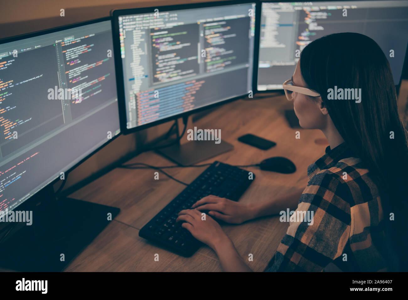 Vista posterior del administrador del sistema modificando el software de seguridad corporativa para evitar la empresa de ser atacado por los concursantes Foto de stock