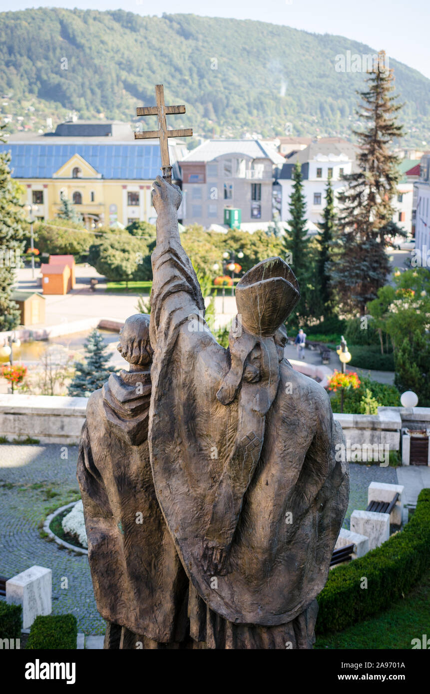 Los santos Cirilo y Metodio monumento con vistas a la ciudad de Zilina - Zilina, Eslovaquia / 3 de octubre de 2015 Foto de stock