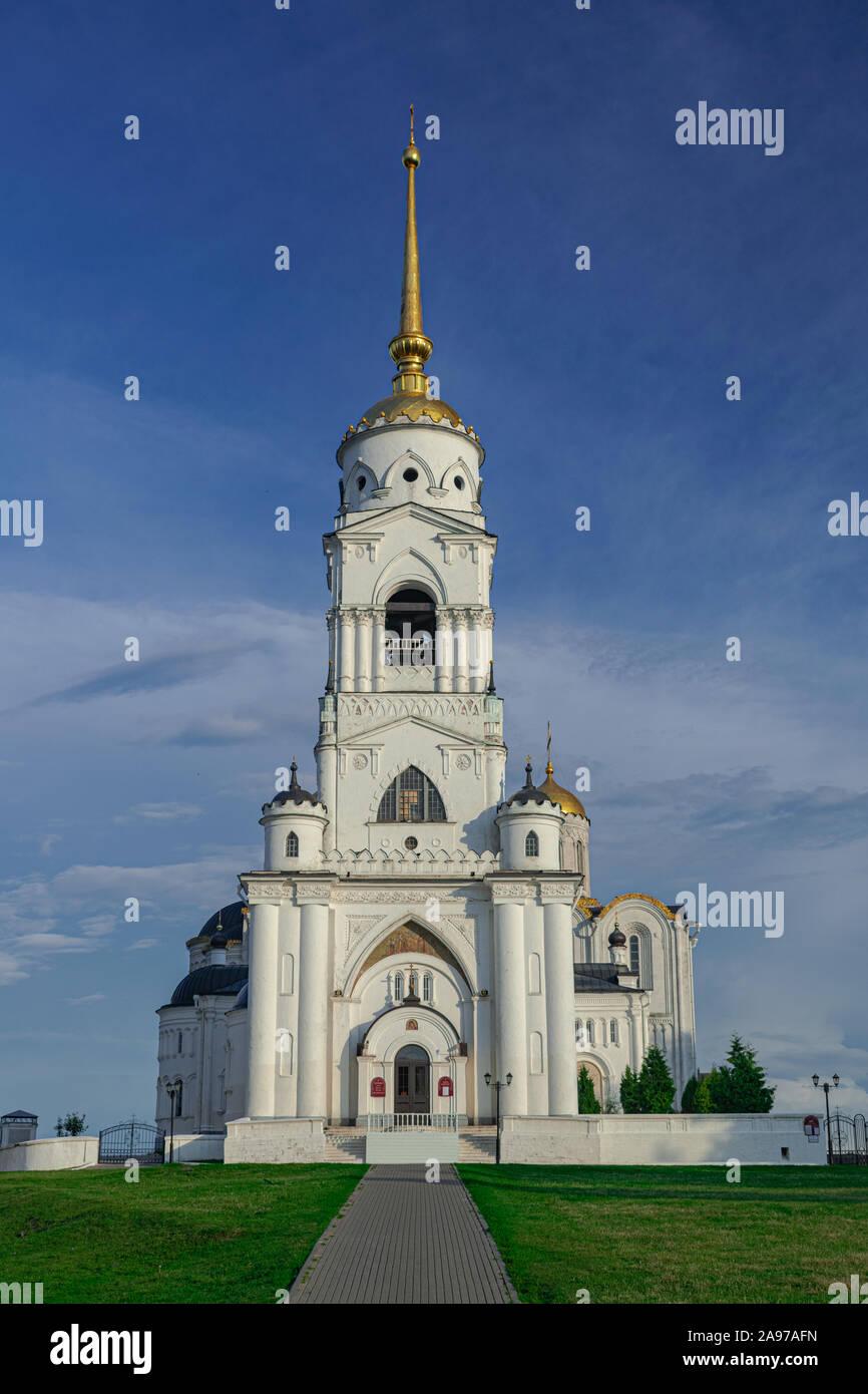 Dormición torre campanario de catedral, con el cielo azul y las nubes blancas, Vladimir, Rusia Foto de stock