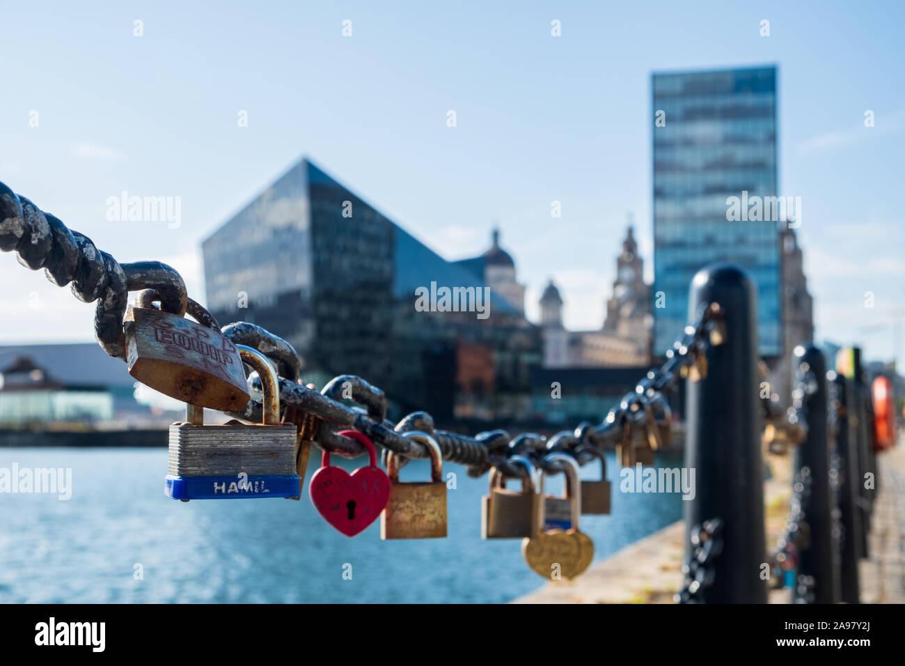 Liverpool, Reino Unido - 18 de julio de 2019: el amor candados en los muelles de Liverpool, el puerto de Liverpool, tarde en una tarde de verano Foto de stock