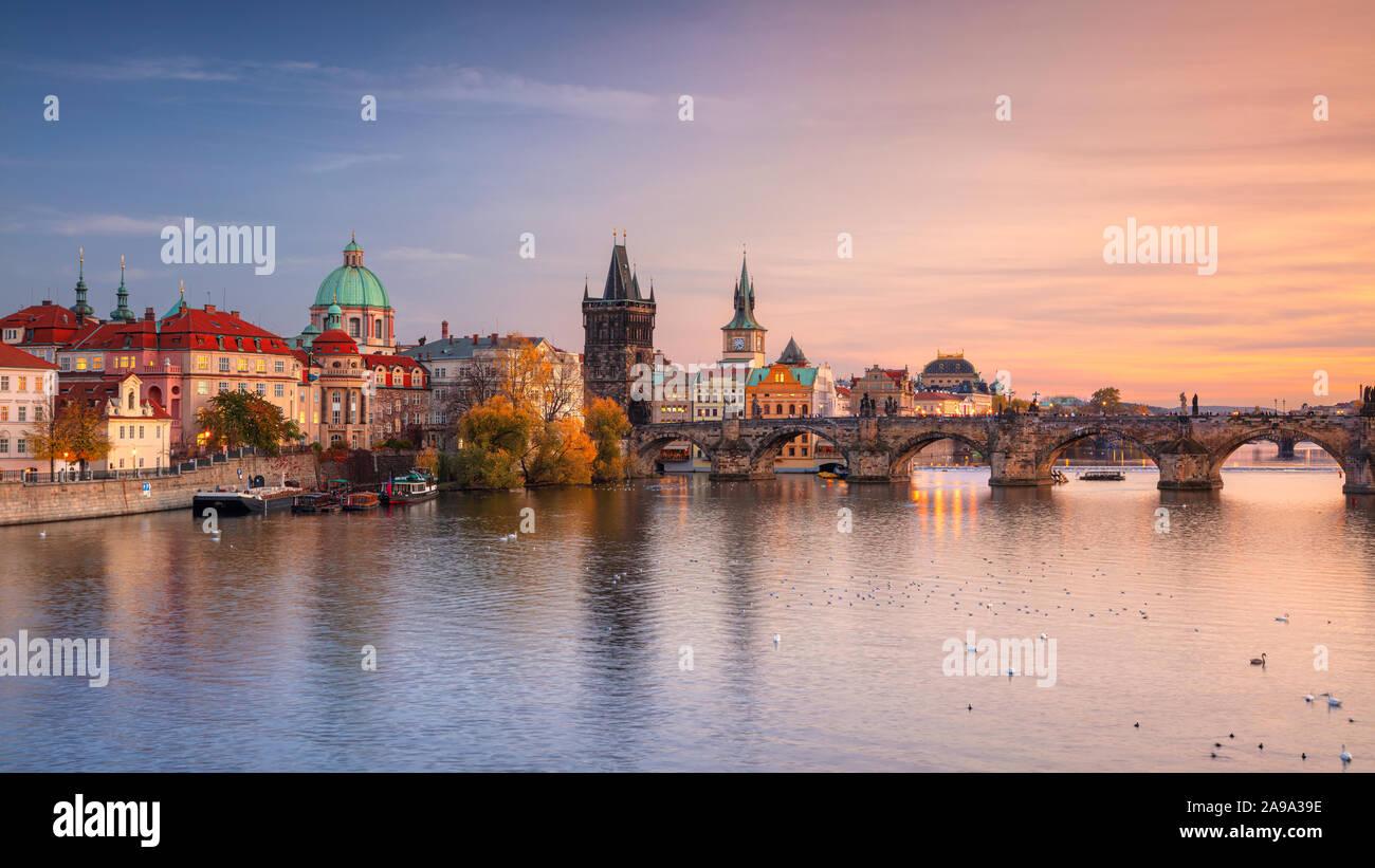 Praga, República Checa. Imagen de paisaje panorámico del famoso Puente de Carlos en Praga durante el hermoso atardecer de otoño. Foto de stock