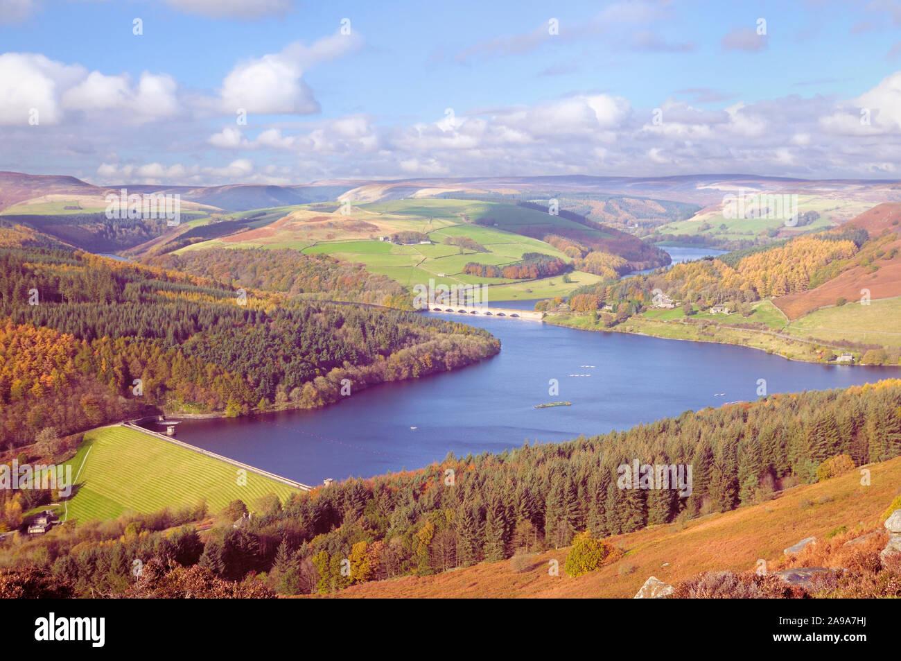 Paisaje otoñal vista desde Bamford Edge con vistas Ladybower Depósito y Ashopton Puente / Viaducto, Esperanza Valle, Peak District, Derbyshire, Reino Unido Foto de stock