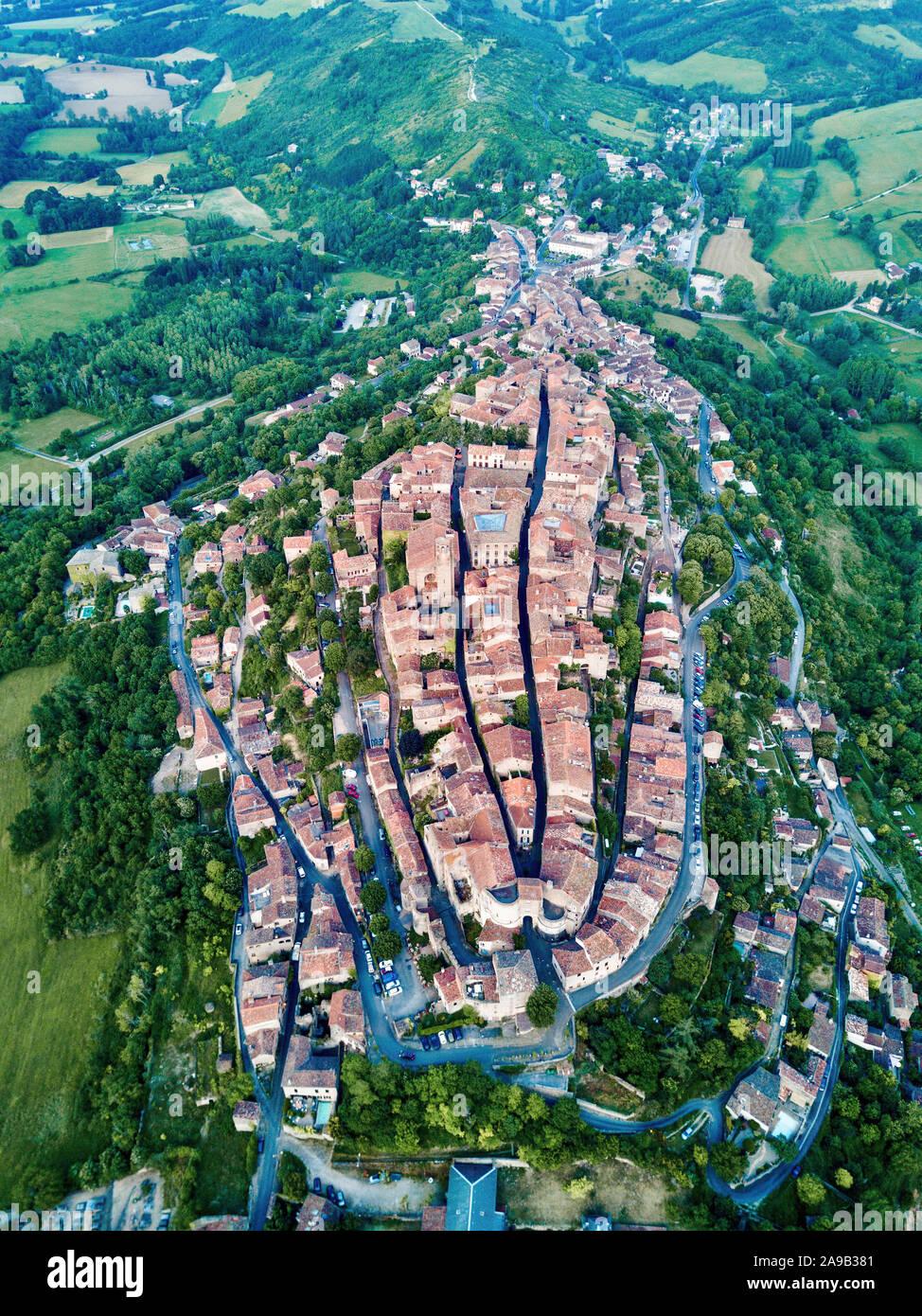 Antena drone shot vista de Corde-sur-Ciel, ciudad fortificada medieval de montaña en el sur de Francia Foto de stock