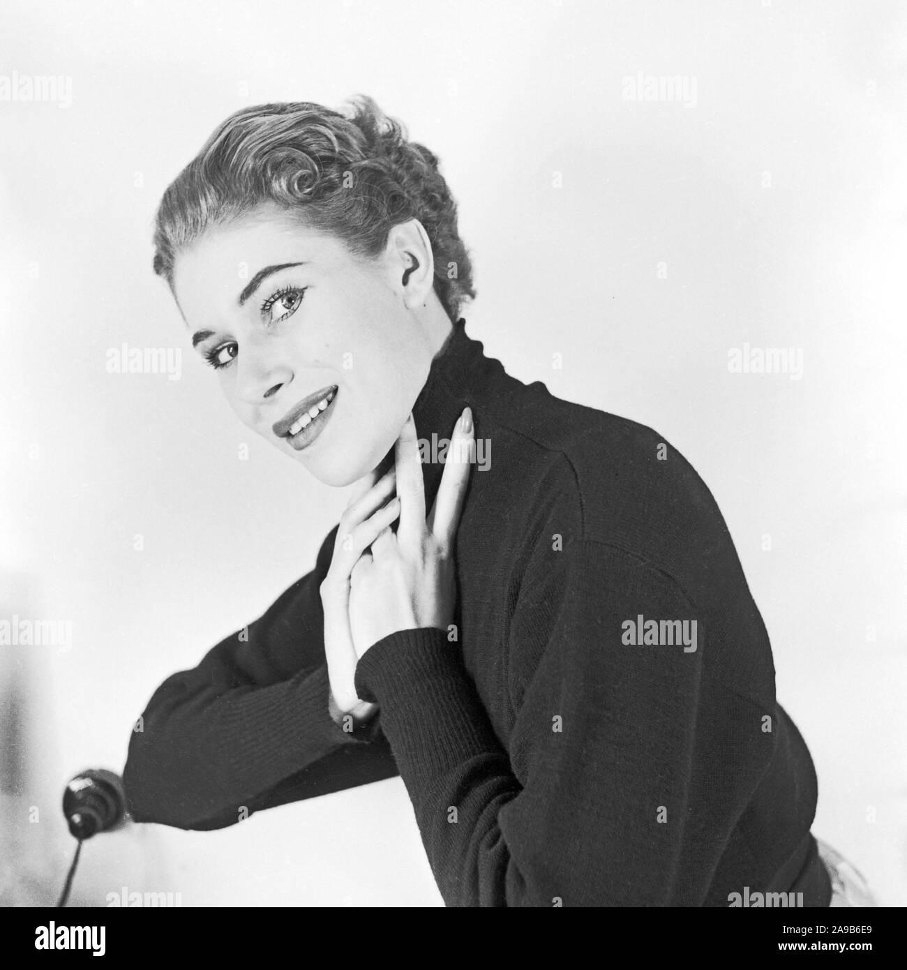Una joven mujer posando para el fotógrafo, Alemania 1958 Foto de stock