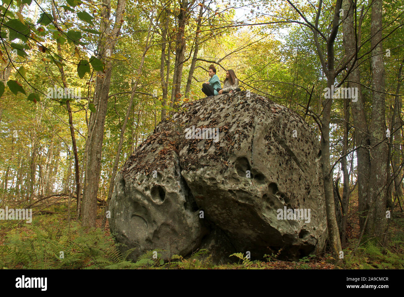 Los canales preservar áreas naturales, VA, Estados Unidos. Las niñas en la parte superior de boulder en las montañas. Foto de stock