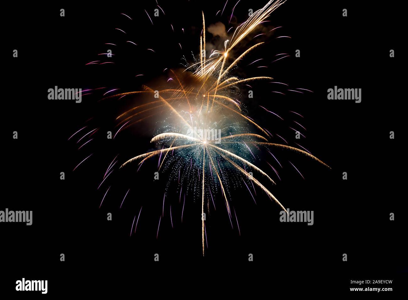 Púrpura o violeta con fondo amarillo brillante de Fireworks en una escena nocturna. Resumen de color de fondo y el humo de fuegos artificiales en el cielo Foto de stock