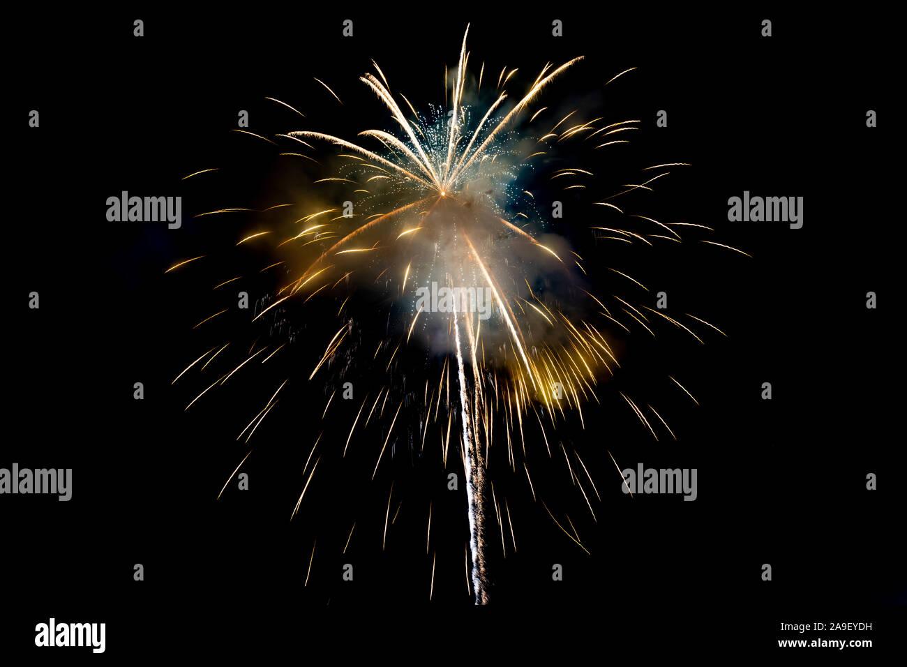 Amarillo brillante fuegos artificiales de fondo en una escena nocturna. Resumen de color de fondo y el humo de fuegos artificiales en el cielo Foto de stock