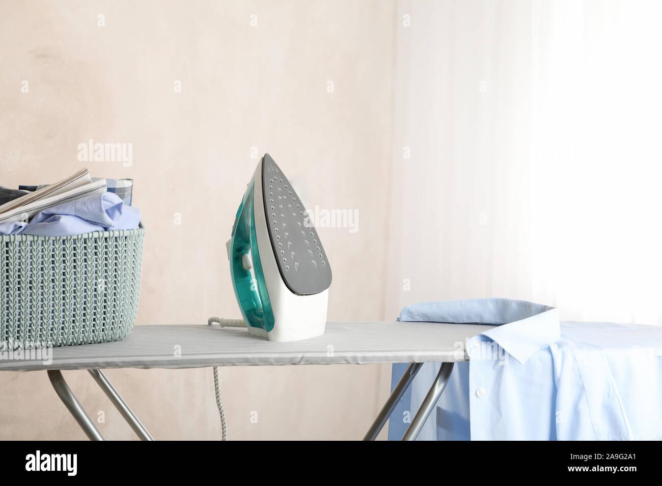 Plancha Y Tabla De Planchar Ropa En Limpio Espacio Para Texto Fotografia De Stock Alamy