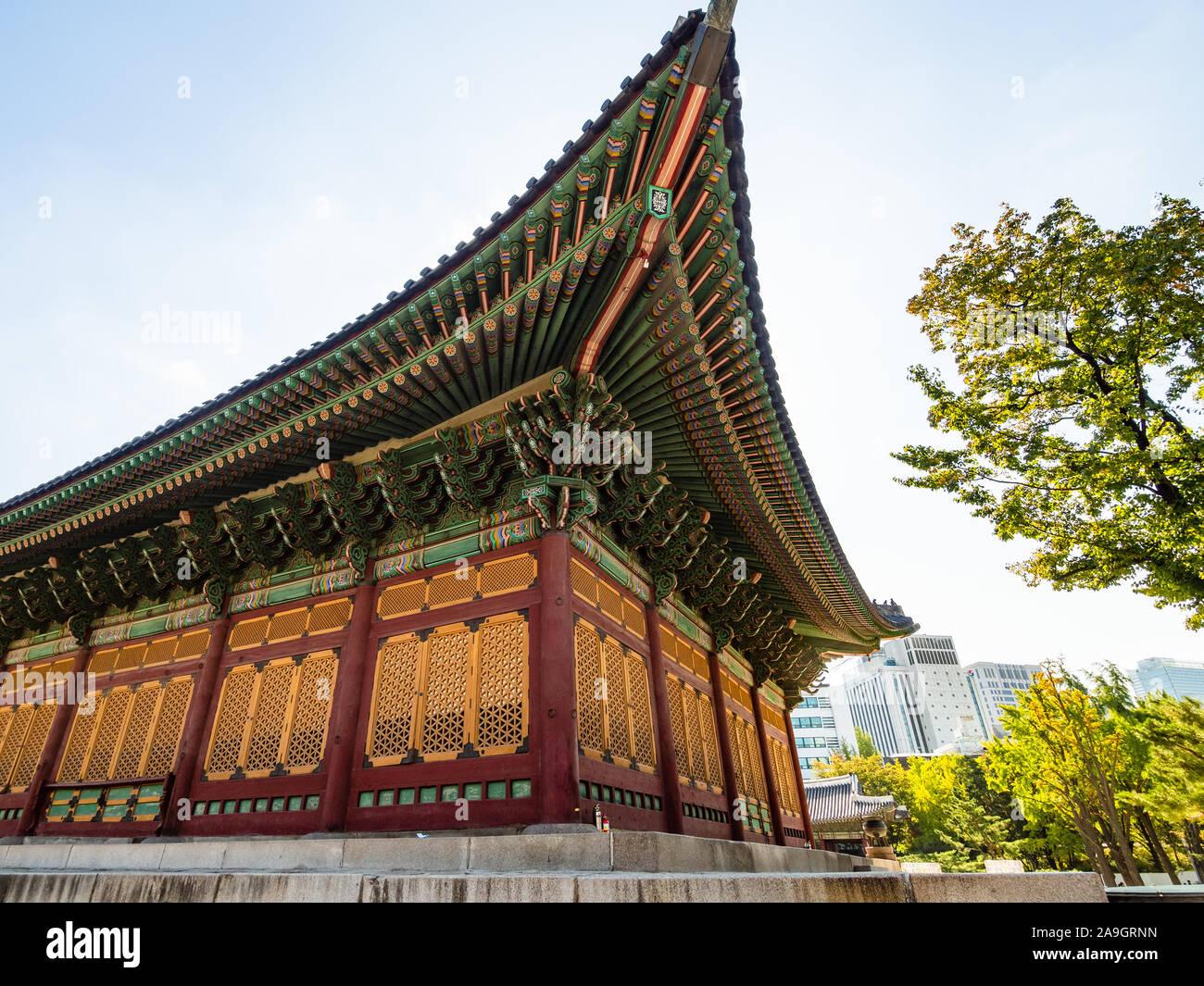 Seúl, Corea del Sur - 30 de octubre de 2019: en la esquina del edificio en Deoksugung (Deoksu Palace) en Seúl. Este complejo es uno de los cinco grandes palacios construidos Foto de stock