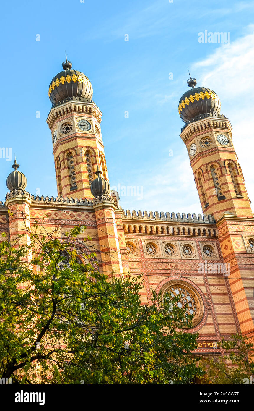 Foto vertical de la Gran Sinagoga de Budapest, capital de Hungría. La Sinagoga de la calle Dohany, la sinagoga más grande de Europa. Centro de judaísmo Neolog. Adornamiento de la fachada y dos cúpulas en forma de cebolla. Foto de stock