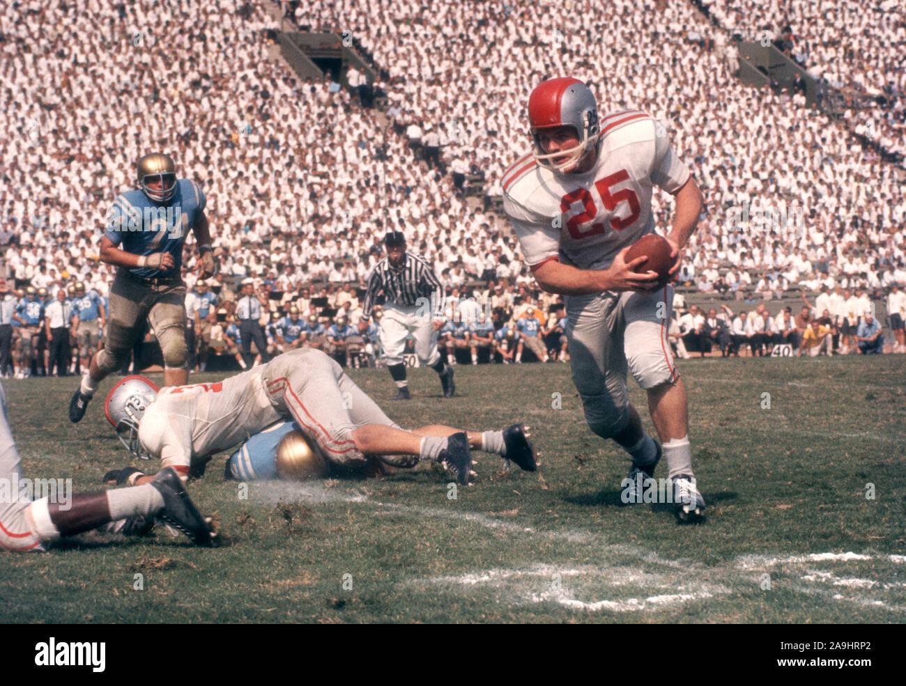 LOS ANGELES, CA - 6 de octubre: John Mummey #25 de la Ohio State Buckeyes corre con el balón durante un partido contra el NCAA UCLA Bruins en Octubre 6, 1962 en el Los Angeles Memorial Coliseum en Los Angeles, California. (Foto por Hy Peskin) (número de registro: X8760) *** Local Caption *** John Mummey Foto de stock