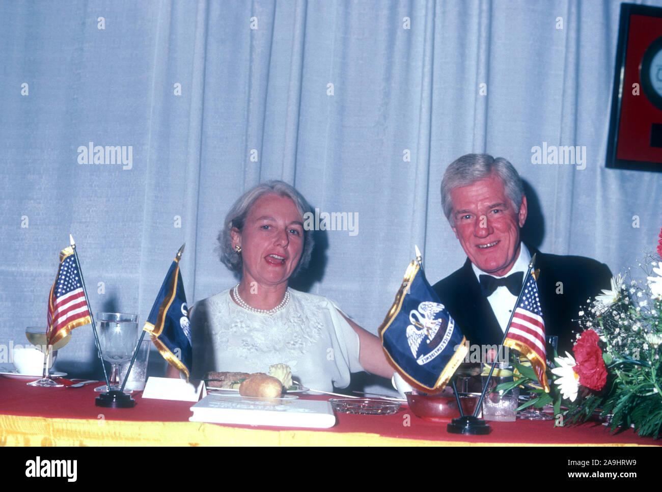 NEW ORLEANS, LA - 24 DE JUNIO: Byron Duneau se sienta en una mesa durante 1982 la Academia de Logros Premios placa de oro el 24 de junio de 1982 en Nueva Orleans, Luisiana. (Foto por Hy Peskin) *** Local Caption *** Byron Duneau Foto de stock