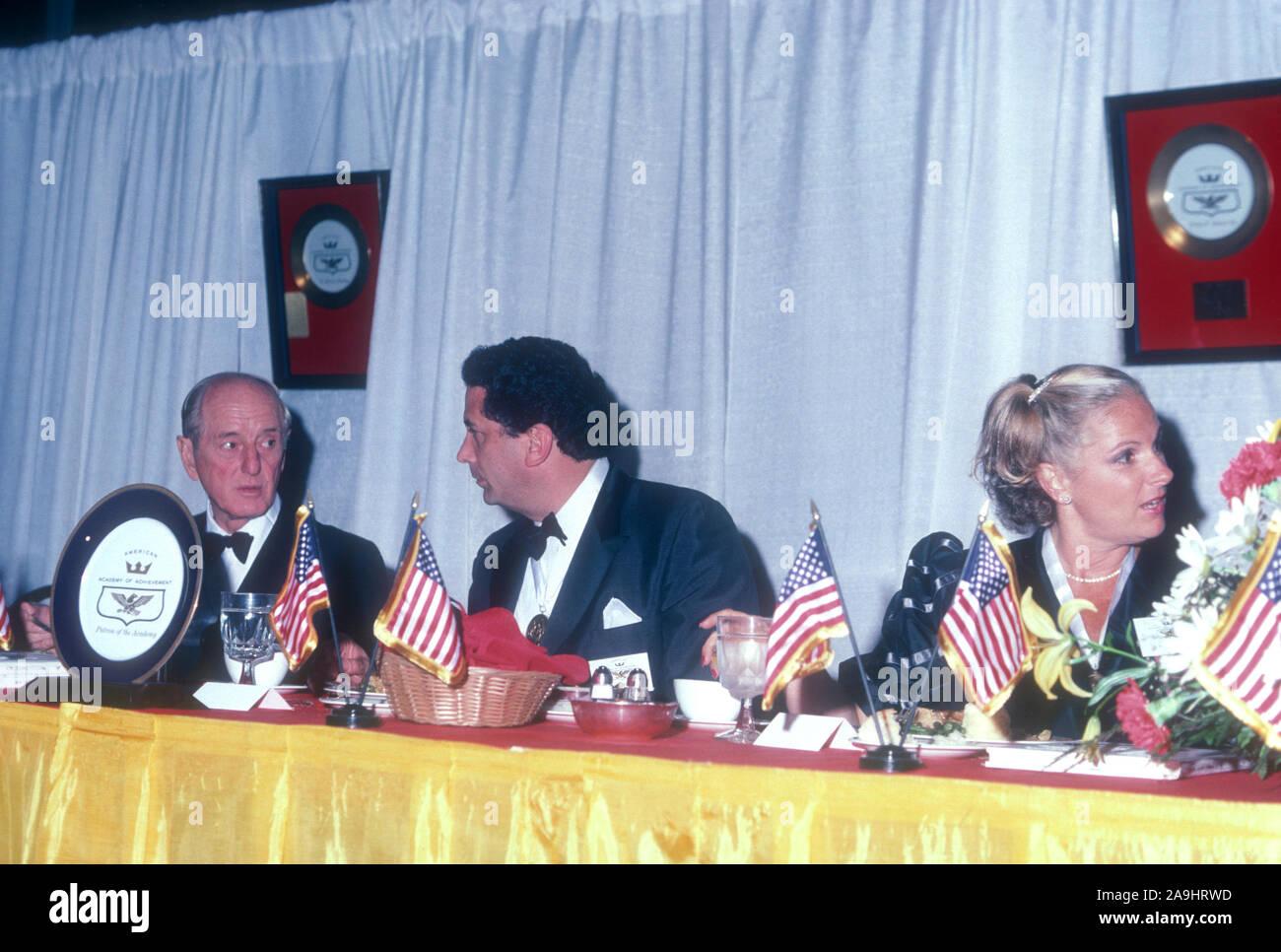 NEW ORLEANS, LA - 24 DE JUNIO: Ernie Holmes y Irwin Jacobs sentarse en una mesa durante 1982 la Academia de Logros Premios placa de oro el 24 de junio de 1982 en Nueva Orleans, Luisiana. (Foto por Hy Peskin) *** Local Caption *** Ernie Holmes;Irwin Jacobs Foto de stock