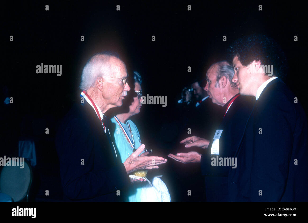 """NEW ORLEANS, LA - 24 de junio: El Dr. George D. Snell, Sc.D.' el premio Nobel en Medicina"""" conversaciones con el Padre Ritter durante 1982 la Academia de Logros Premios placa de oro el 24 de junio de 1982 en Nueva Orleans, Luisiana. (Foto por Hy Peskin) *** Local Caption *** George D. Snell;Padre Ritter Foto de stock"""