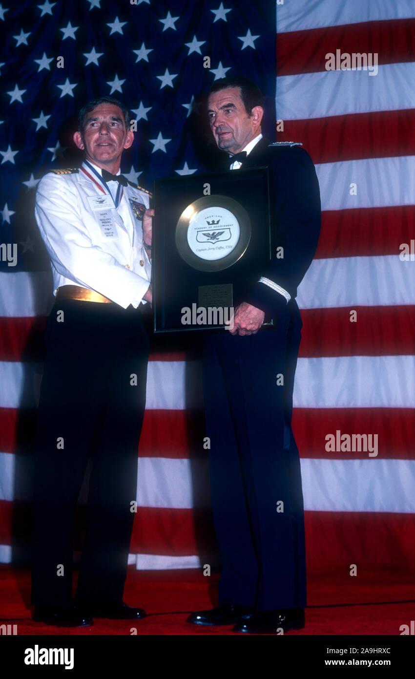 """NEW ORLEANS, LA - 24 de junio: El Capitán Gerald L. Café, USN, recibe una placa dorada del General David Jones para 'prisionero de guerra heroica"""" durante el año 1982 la Academia de Logros Premios placa de oro el 24 de junio de 1982 en Nueva Orleans, Luisiana. (Foto por Hy Peskin) Foto de stock"""