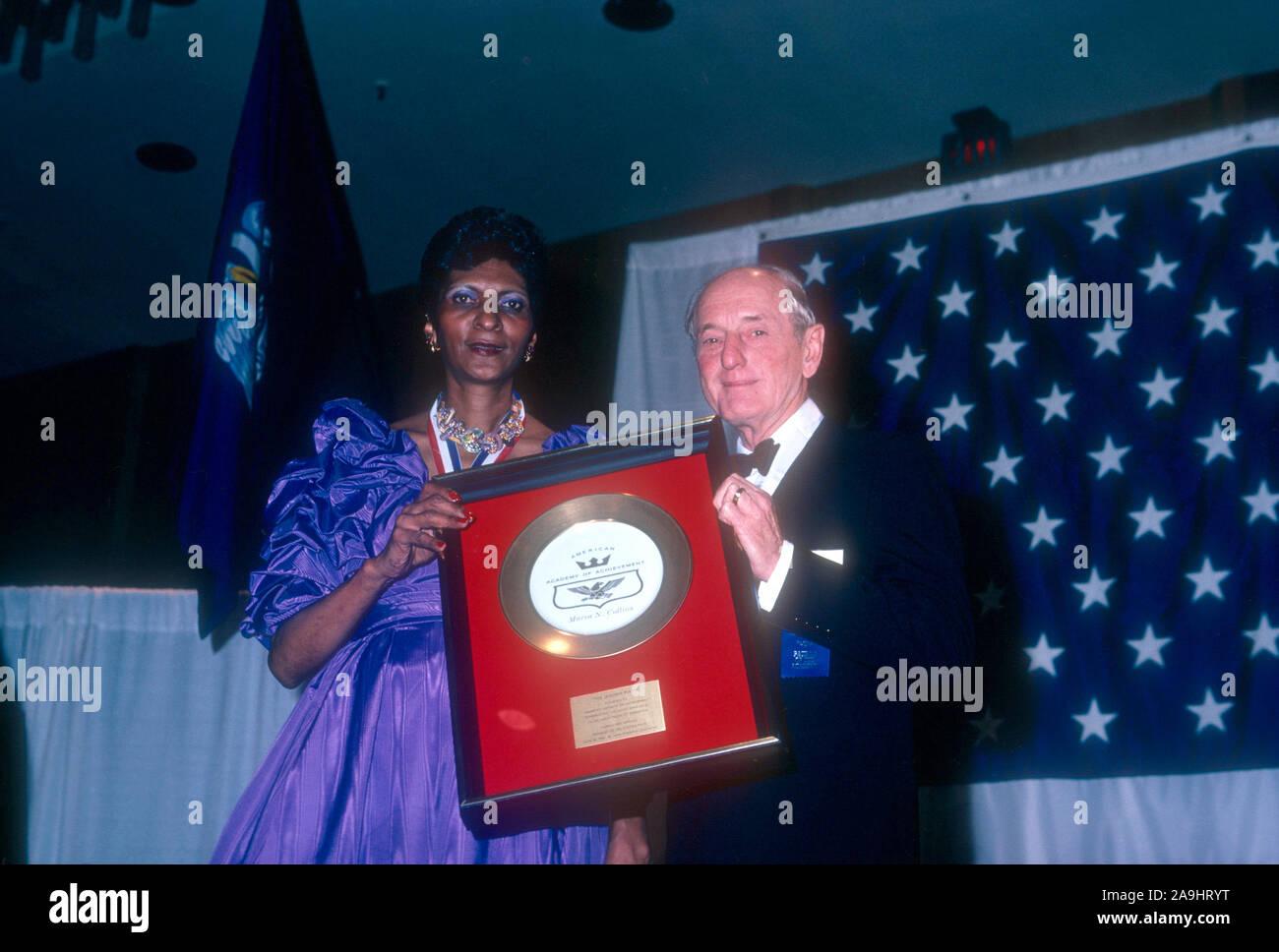 """NEW ORLEANS, LA - 24 DE JUNIO: N. Marva Collins recibe una placa dorada de Ernest W. Hahn para 'Profesor Extraordinario"""" durante el año 1982 la Academia de Logros Premios placa de oro el 24 de junio de 1982 en Nueva Orleans, Luisiana. (Foto por Hy Peskin) *** Local Caption *** Marva N. Collins;Ernest W. Hahn Foto de stock"""