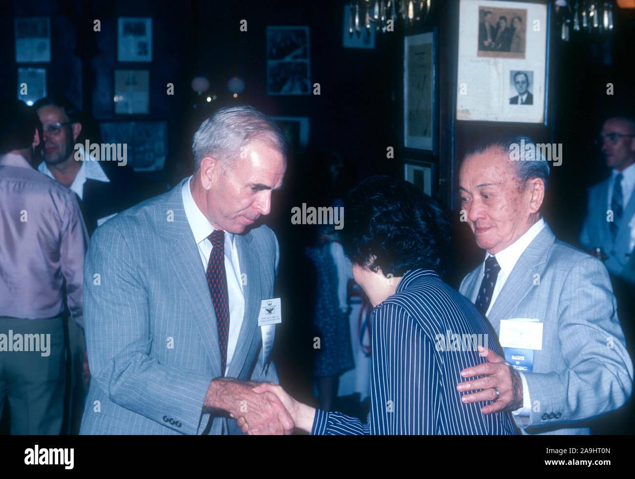 NEW ORLEANS, LA - 24 de junio: el General John W. Vessey, Jr. conversaciones con Liem Ying Chow durante 1982 la Academia de Logros Premios placa de oro el 24 de junio de 1982 en Nueva Orleans, Luisiana. (Foto por Hy Peskin) *** Local Caption *** John W. Vessey, Jr.;Liem Ying Chow Foto de stock