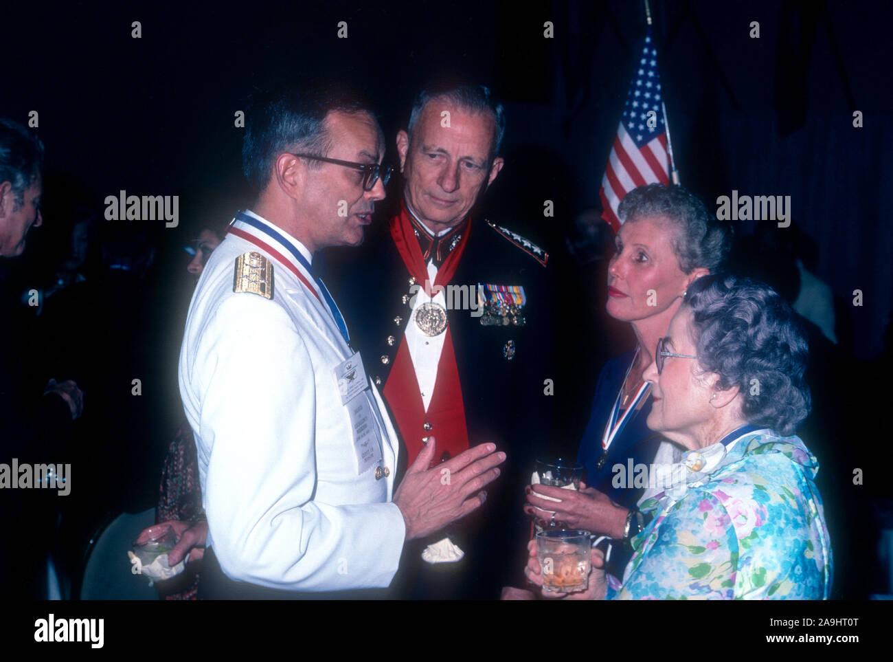 NEW ORLEANS, LA - 24 de junio: el almirante Bobby R. Inman conversaciones con Susie Sharp durante 1982 la Academia de Logros Premios placa de oro el 24 de junio de 1982 en Nueva Orleans, Luisiana. (Foto por Hy Peskin) *** Local Caption *** Bobby R. Inman;Susie Sharp Foto de stock