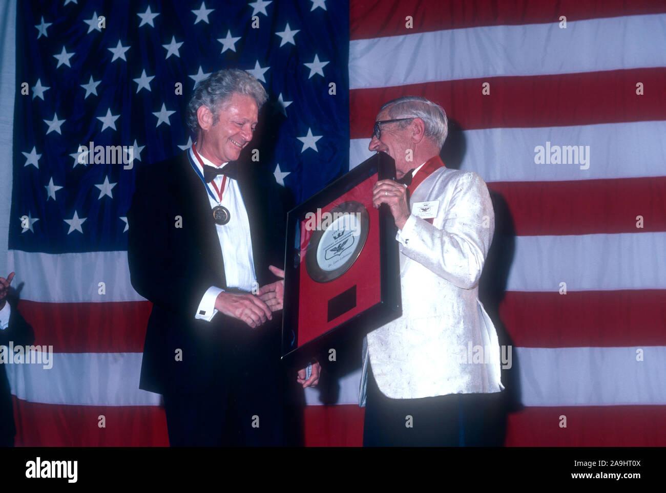 NEW ORLEANS, LA - 24 de junio: El Dr. León M. Lederman recibe una placa dorada del Dr. Lee DuBridge para 'El Premio Nobel de Física por ' durante el 1982 la Academia de Logros Premios placa de oro el 24 de junio de 1982 en Nueva Orleans, Luisiana. (Foto por Hy Peskin) Foto de stock