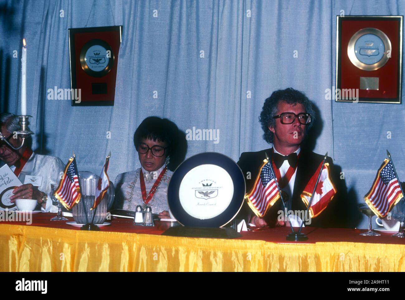NEW ORLEANS, LA - 24 de junio: El Sr. y la Sra. Ken Taylor sentarse en una mesa durante 1982 la Academia de Logros Premios placa de oro el 24 de junio de 1982 en Nueva Orleans, Luisiana. (Foto por Hy Peskin) *** Local Caption *** Ken Taylor Foto de stock