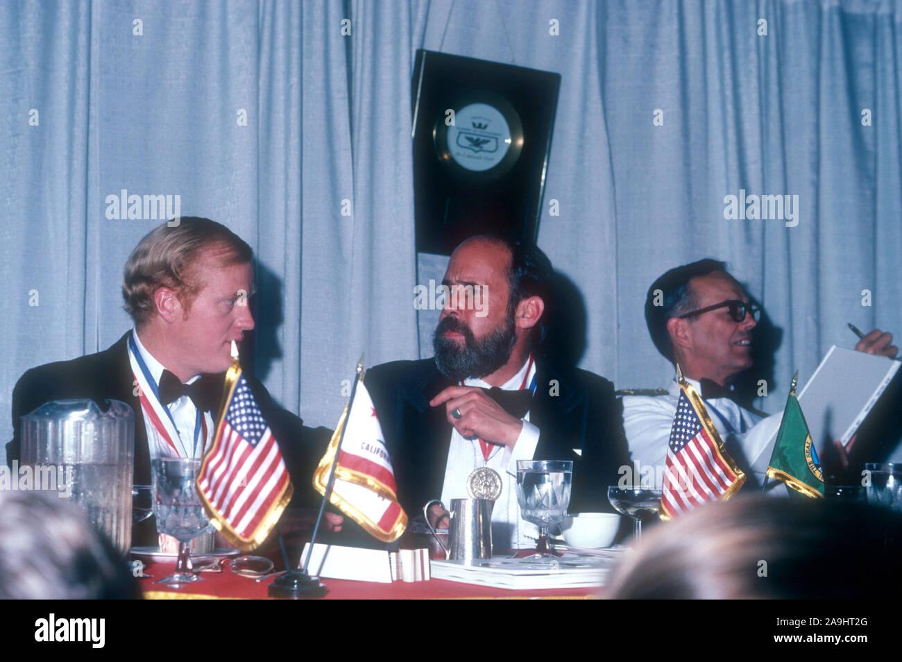 NEW ORLEANS, LA - 24 DE JUNIO: Michael R. Harrison, Huedeson y Bobby R. Inman sentarse en una mesa durante 1982 la Academia de Logros Premios placa de oro el 24 de junio de 1982 en Nueva Orleans, Luisiana. (Foto por Hy Peskin) *** Local Caption *** Michael R. Harrison;Huedeson;Bobby R. Inman Foto de stock