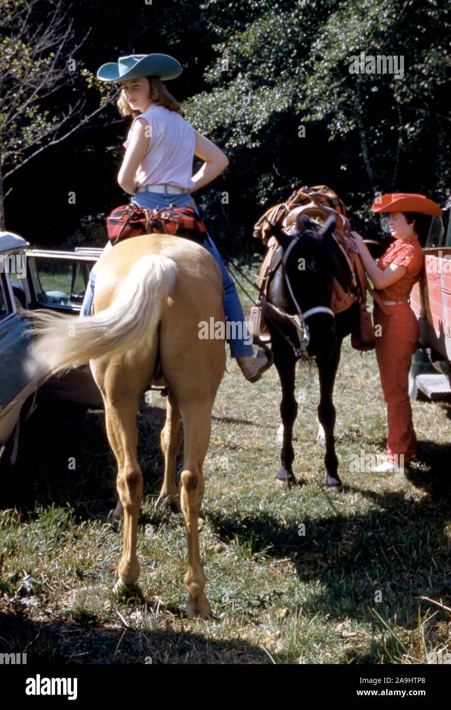 Una vista general de las niñas a caballo.(Foto por Hy Peskin) Foto de stock