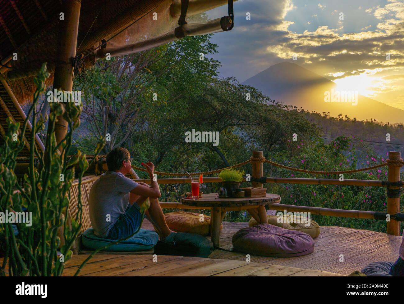 Una Persona Disfrutando De La Vista Del Monte Agung Desde La