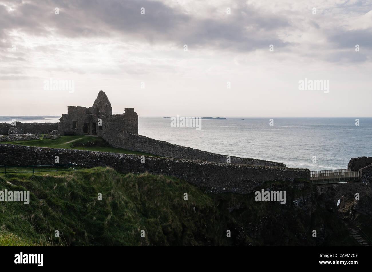 Vista de los restos del Castillo de Dunluce en la costa irlandesa de Irlanda del Norte, en el Condado de Antrim. Foto de stock