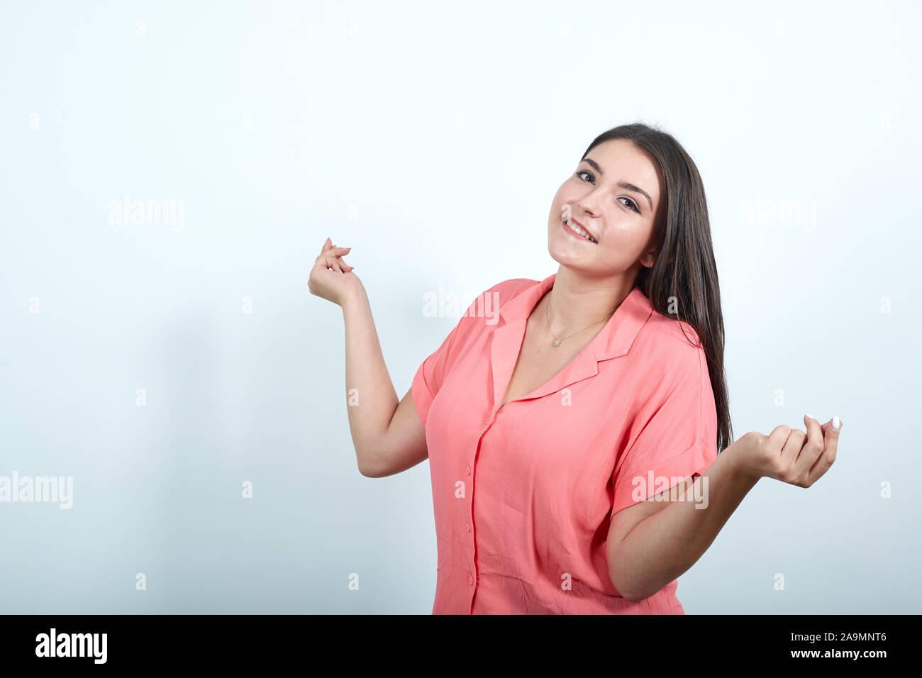 Joven sobre la pared blanca disfrutan bailando mientras escucha la música en una fiesta Foto de stock