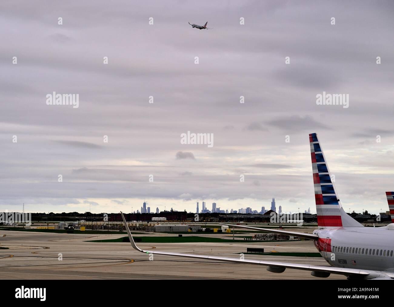 Chicago, Illinois, Estados Unidos. Un avión despegó del Aeropuerto Internacional O'Hare de Chicago con el perfil de la ciudad de fondo. Foto de stock