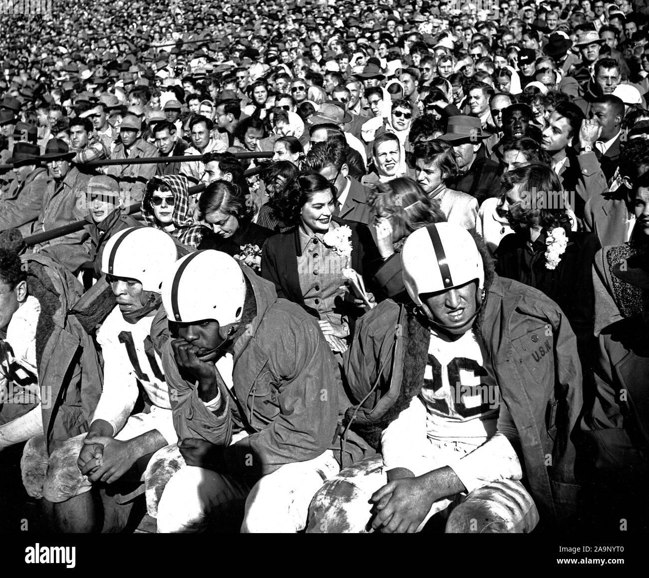 Mayo 1950 - Vista de multitud de Fútbol y los jugadores en el banco durante el juego Foto de stock