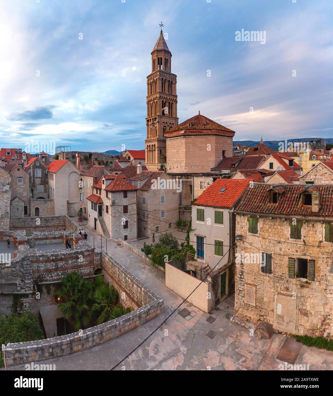 Vista aérea de la catedral de san Domnio, en el Palacio de Diocleciano en la parte vieja de la ciudad de Split, la segunda ciudad más grande de Croacia en la mañana Foto de stock