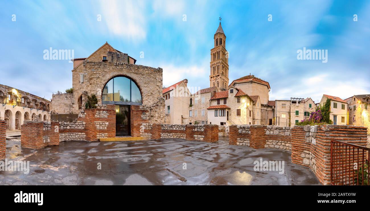 Vista panorámica de la catedral de san Domnio, en el Palacio de Diocleciano en la parte vieja de la ciudad de Split, la segunda ciudad más grande de Croacia en la mañana Foto de stock