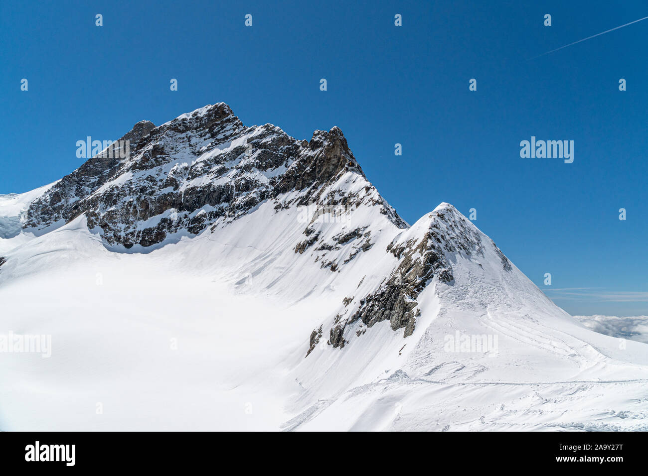 Vista panorámica sobre las montañas nevadas en invierno soleado por la tarde. Alpes Swiis durante el verano. Foto de stock