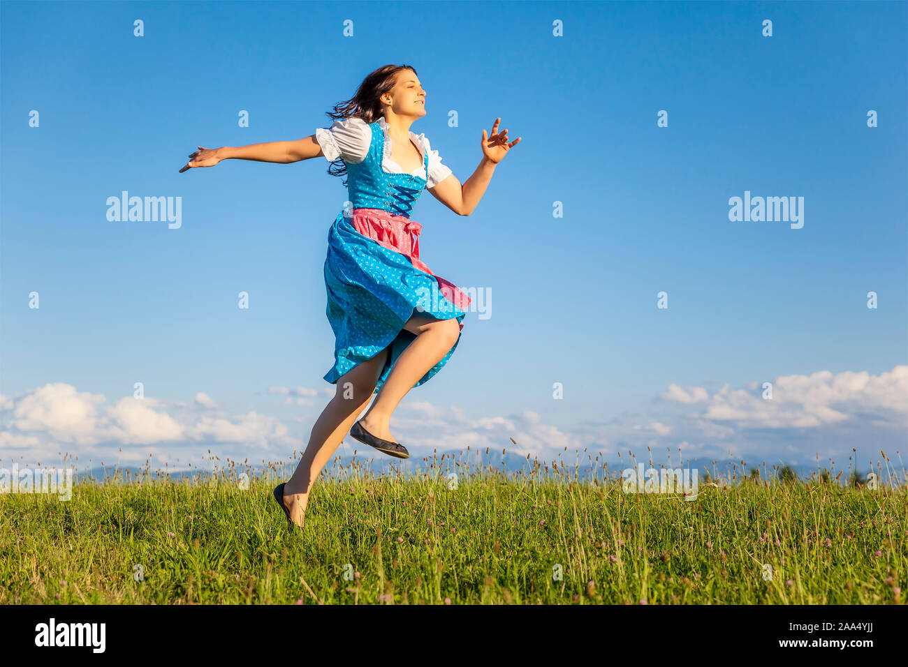 Eine hübsche Frau Junge, die Ein klassisches bayerisches Trachtengewand traegt Foto de stock