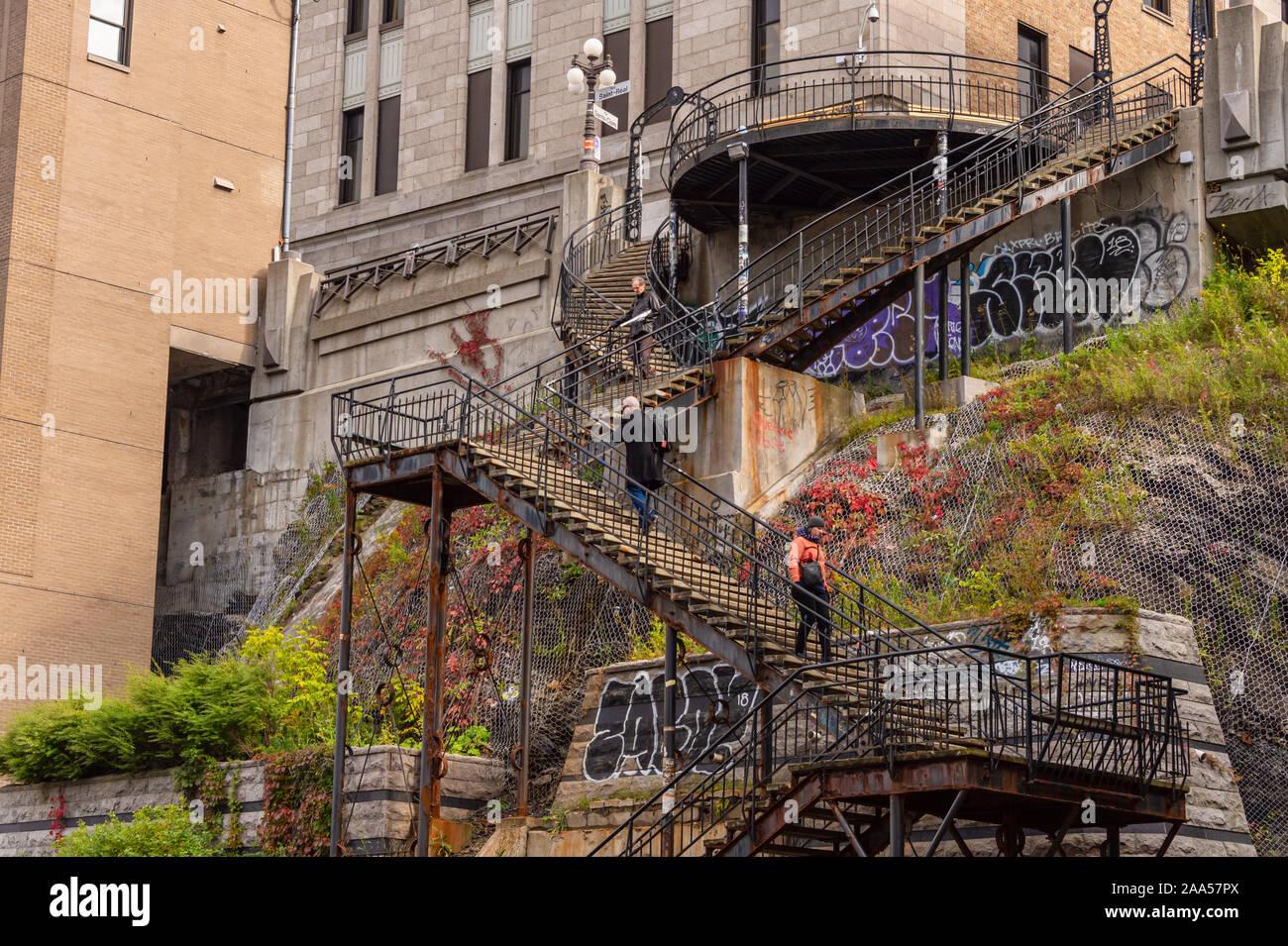 La Ciudad de Quebec, Canadá - 4 de octubre de 2019: Saint-Roch jardín escaleras (Escalier du Faubourg) en rue de la Couronne Foto de stock