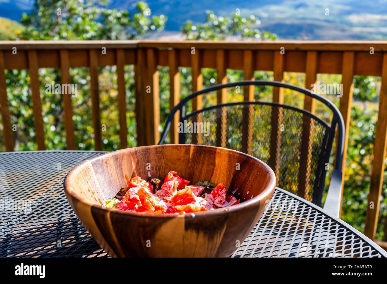 Ensalada De Tomate En Gran Recipiente De Madera En El Balcón
