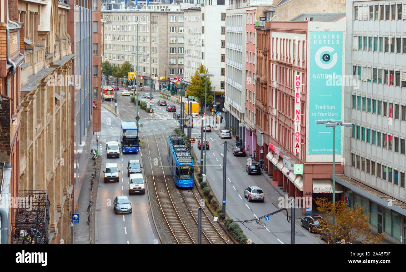 Vista aérea de la Baseler Strasse, con vías de tranvía en el centro y calles con tráfico en ambos lados. Frankfurt am Main, Alemania. Foto de stock