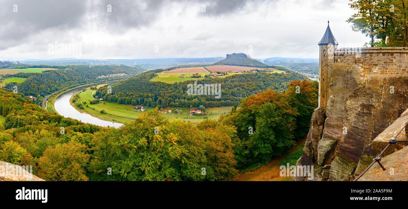 Antena vista panorámica del valle del río Elba y una torre de vigilancia de la Fortaleza de Königstein, rodeado por los bosques, bajo un cielo nublado. Sajonia, Alemania. Foto de stock