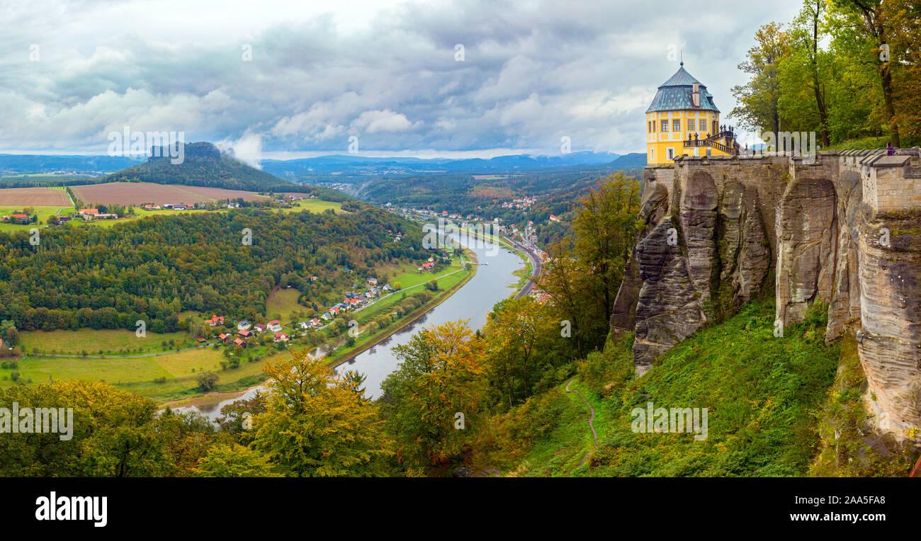 Vista panorámica aérea del valle del río Elba y de la Fortaleza de Königstein con el Friedrichsburg, rodeado por bosques. Sajonia, Alemania. Foto de stock