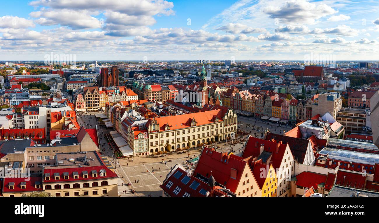 Vista panorámica aérea del centro histórico de la ciudad de Wroclaw con las coloridas casas de la plaza del mercado, en una tarde soleada. Wroclaw, Polonia. Foto de stock