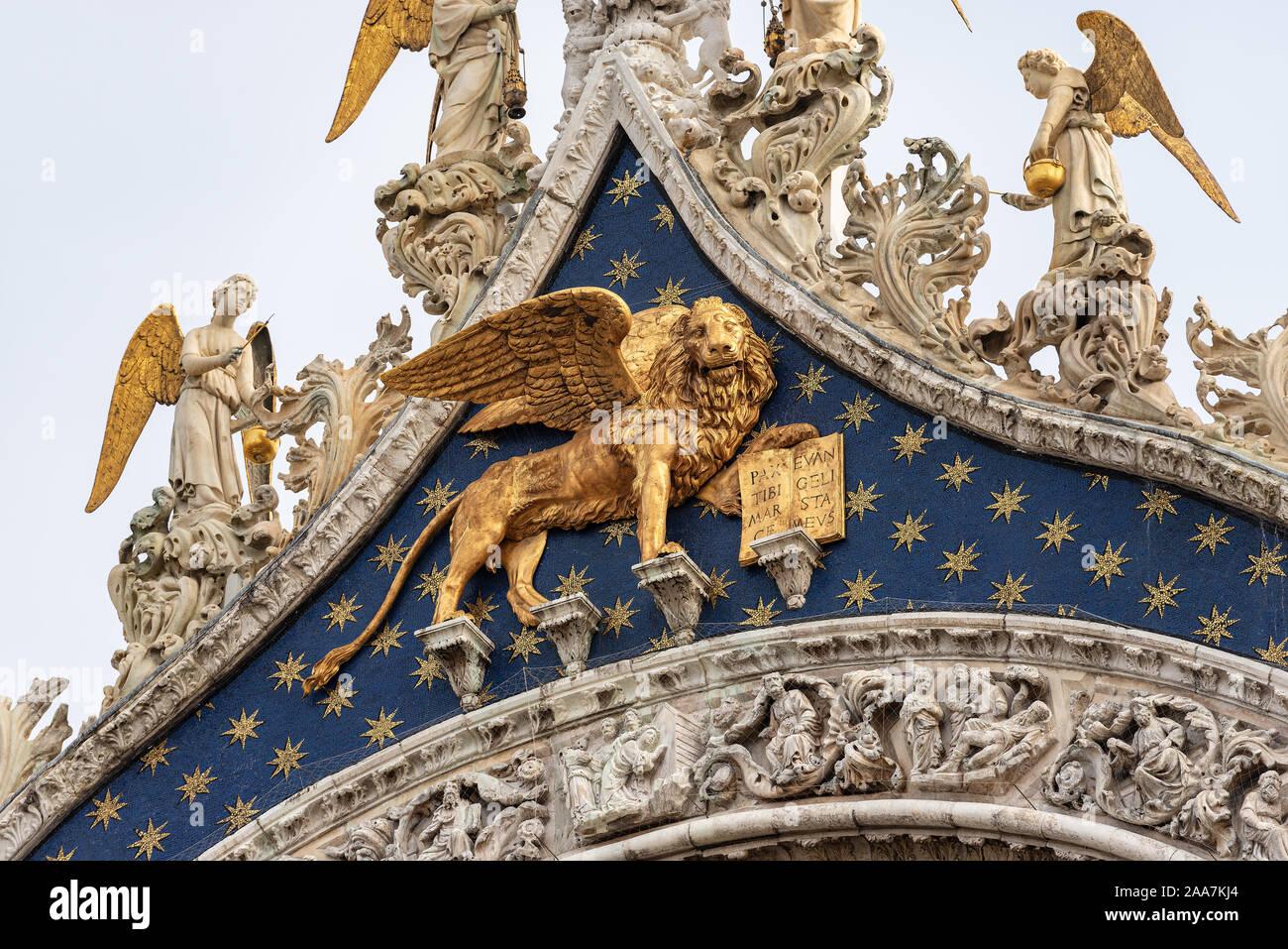 Venecia, el acercamiento de la catedral y de la Basílica de San Marcos (St. El evangelista san Marcos), con el dorado león alado. Sitio de Patrimonio Mundial de la UNESCO, Italia Foto de stock