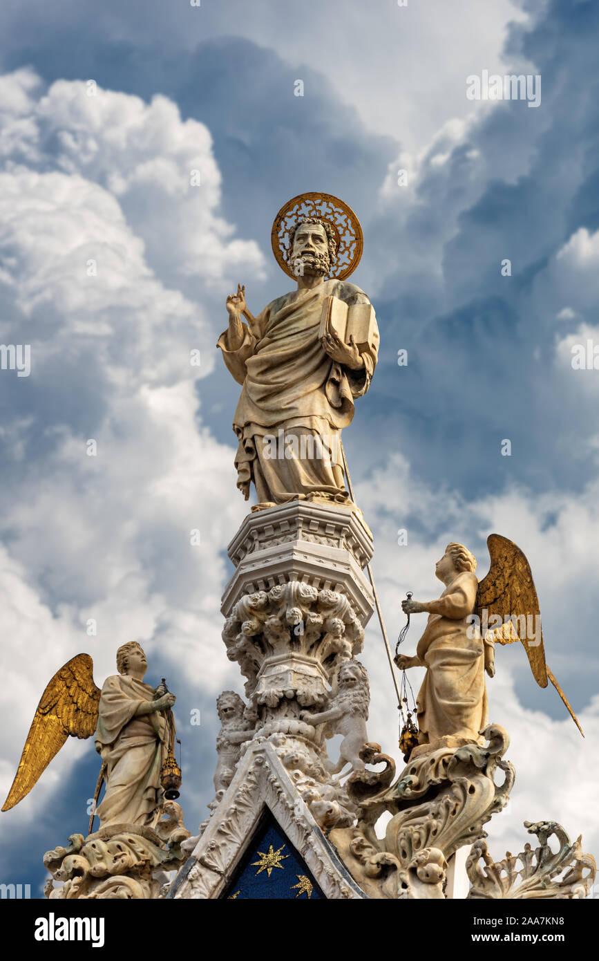 Venecia, el acercamiento de la estatua de mármol de San Marcos evangelista en la parte superior de la catedral y de la Basílica de San Marcos, sitio del patrimonio mundial de la UNESCO, Italia Foto de stock